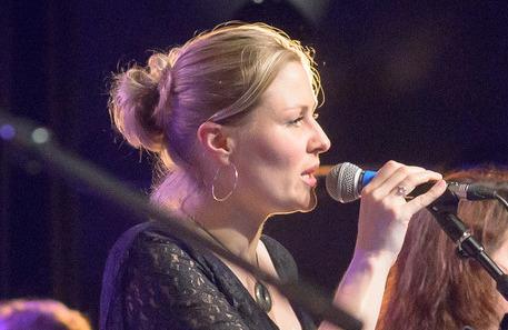 femme qui chante au concert de fin d'année
