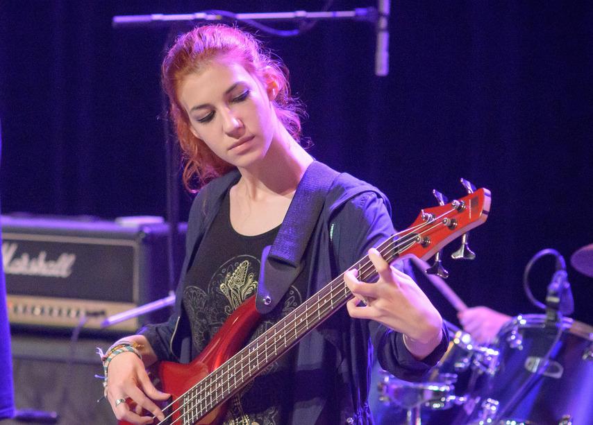 adolescente jouant de la basse au concdert de fin d'année